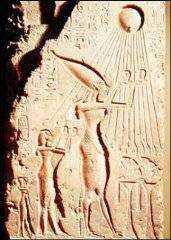 Stela-vzyvani boha RE Achnatonem a Nefertiti